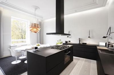 Fekete konyhabútor - konyha / étkező ötlet, modern stílusban