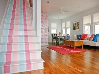 Lépcső pasztell csíkokkal - nappali ötlet, modern stílusban