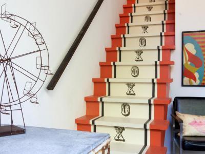Színesre festett lépcső - belső továbbiak ötlet, modern stílusban