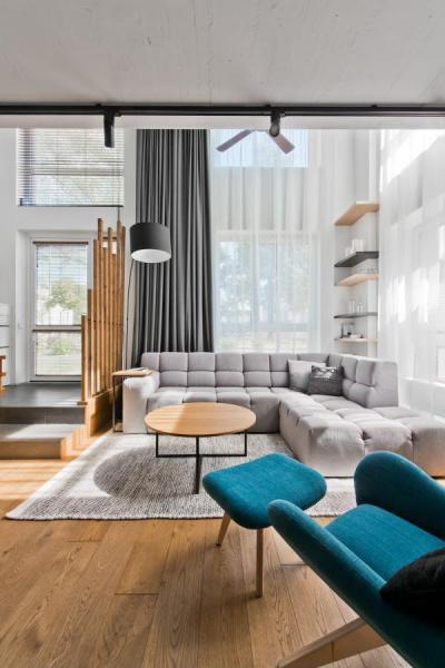 Nagyvonalú tér kék pihenőfotellel - nappali ötlet, modern stílusban