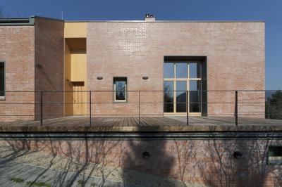 Nyers tégla homlokzat faburkolatú terasszal - homlokzat ötlet, modern stílusban
