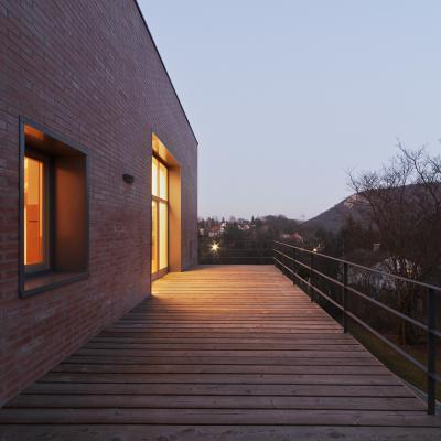 Nyers tégla homlokzat faburkolatú terasszal - erkély / terasz ötlet, modern stílusban