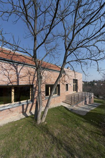 Nyers tégla homlokzat tetővel, terasszal - homlokzat ötlet, modern stílusban
