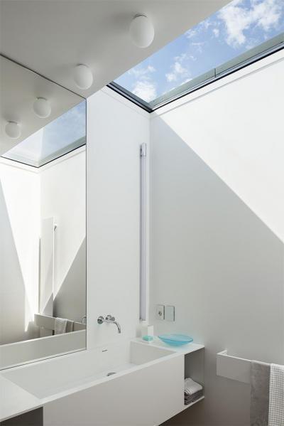 Egyszerű fehér fürdő részlet - fürdő / WC ötlet, modern stílusban