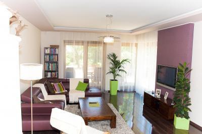 Családi ház nappalija - Modern nappali színes részletekkel - nappali ötlet, modern stílusban