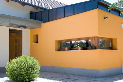 Családi ház bejárata - Bejárati ajtó árnyékolóval - homlokzat ötlet, modern stílusban