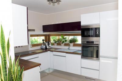 Családi ház konyhája - Modern konyha beépített bútorokkal és gépekkel - konyha / étkező ötlet, modern stílusban