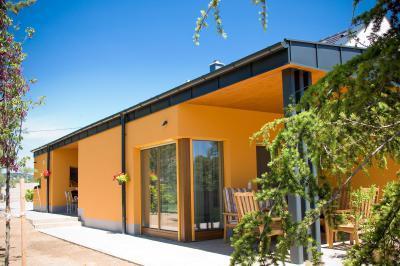 Családi ház terasza - Fedett terasz akácfa kerti bútorral - erkély / terasz ötlet, modern stílusban
