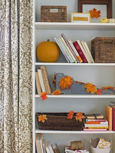 Könyvespolc őszi dekor - nappali ötlet, modern stílusban
