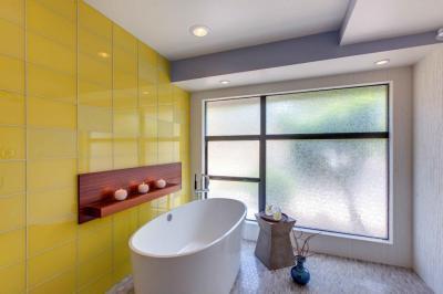 Sárga fal a fürdőben II. - fürdő / WC ötlet, minimál stílusban