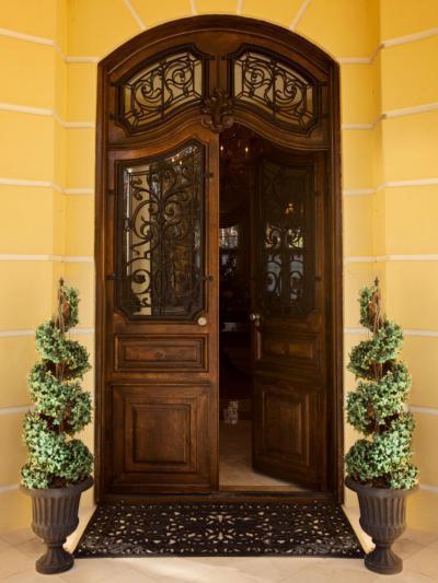 Impozáns bejárati ajtó - bejárat ötlet, klasszikus stílusban