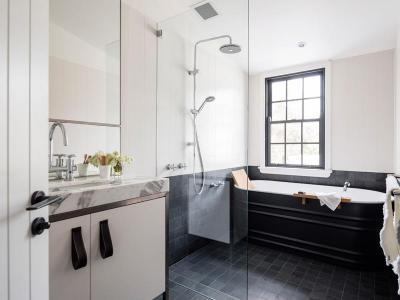 Karakteres fekete-fehér fürdő - fürdő / WC ötlet, modern stílusban