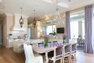 Fehér konyha, lila kiegészítőkkel - konyha / étkező ötlet, klasszikus stílusban