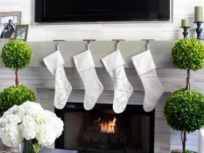 Fehér zoknik a kandallónál - nappali ötlet, modern stílusban