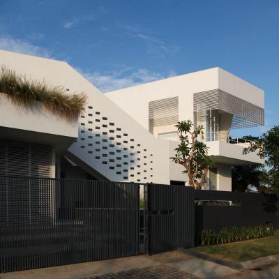 Fehér ház fekete kerítéssel - homlokzat ötlet, modern stílusban