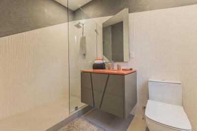Ferde vonalakkal dekorálva - fürdő / WC ötlet, modern stílusban