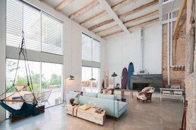Loftos tágas belmagasság - nappali ötlet, modern stílusban