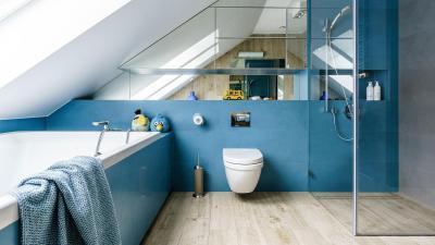 Kék falú fürdőszoba - fürdő / WC ötlet, modern stílusban