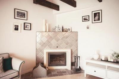 Kandalló a sarokban - nappali ötlet, modern stílusban