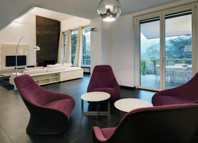 Lila fotelek - nappali ötlet, modern stílusban
