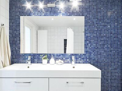 Fürdőszoba kék mozaikcsempével - fürdő / WC ötlet, modern stílusban