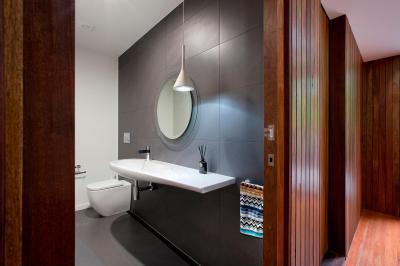 Szürke burkolat - fürdő / WC ötlet, modern stílusban