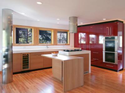 Piros és natúr színű konyha - konyha / étkező ötlet, modern stílusban