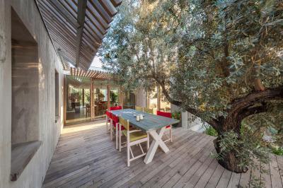 Fa köré épített terasz - erkély / terasz ötlet, modern stílusban