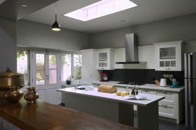 Konyha bevilágító ablakkal - konyha / étkező ötlet, modern stílusban
