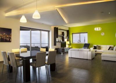 Zöld fal a nappaliban - nappali ötlet, modern stílusban