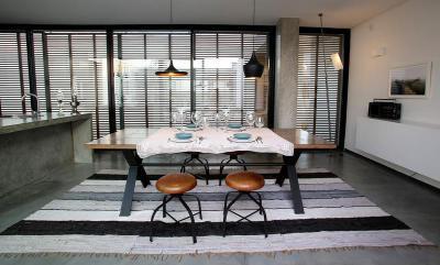 Beton padló és bútorok a konyhában - konyha / étkező ötlet, modern stílusban
