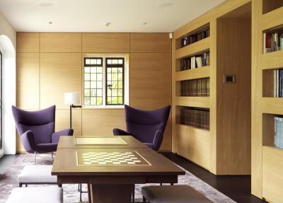 Könyvtárszoba sakkasztallal - nappali ötlet, modern stílusban