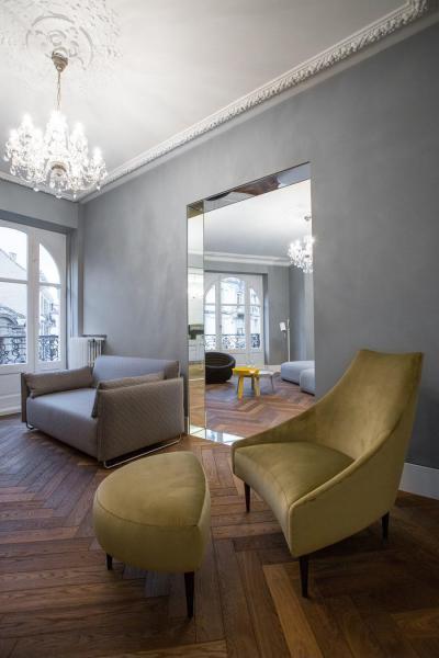 Fahatású csempe a padlón - nappali ötlet, modern stílusban