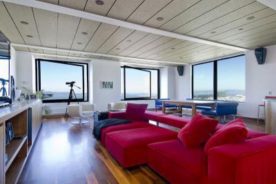 Piros kanapé - nappali ötlet, modern stílusban