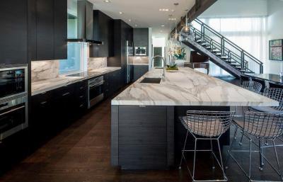 Fekete konyhabútor márvány pulttal - konyha / étkező ötlet, modern stílusban