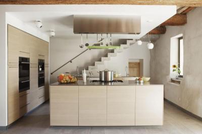 Konyha lépcsővel - konyha / étkező ötlet, modern stílusban