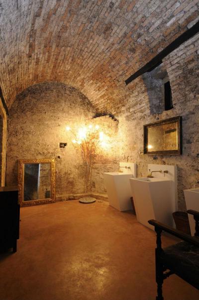 Rusztikus ház modern bútorokkal - fürdő / WC ötlet, rusztikus stílusban