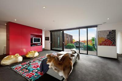 Színes szőnyeg a nappaliban - nappali ötlet, modern stílusban
