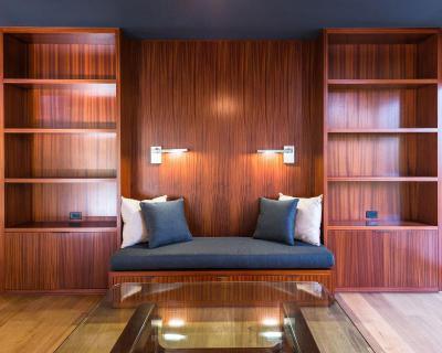 Fából épített polcrendszer beépített kanapével - nappali ötlet, modern stílusban