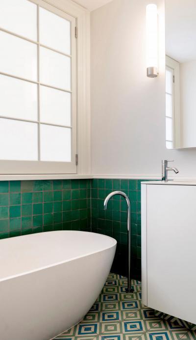 Színes csempe a fürdőben - fürdő / WC ötlet, modern stílusban