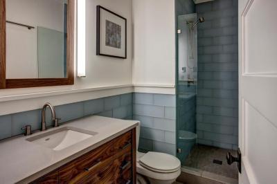 Egyedi színű csempe - fürdő / WC ötlet, modern stílusban