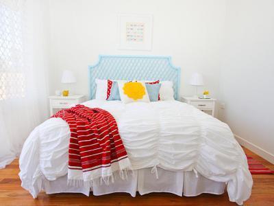 Piros és kék kiegészítők - háló ötlet, modern stílusban