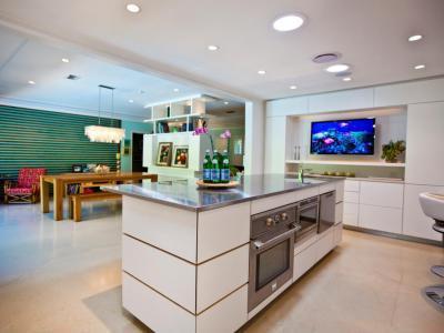 Konyhasziget gépekkel - konyha / étkező ötlet, minimál stílusban