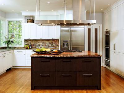 Fehér konyha, barna szigettel - konyha / étkező ötlet, modern stílusban