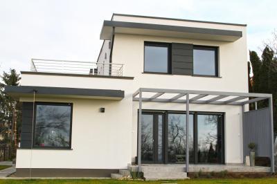 Ablakok és teraszajtó - homlokzat ötlet, modern stílusban
