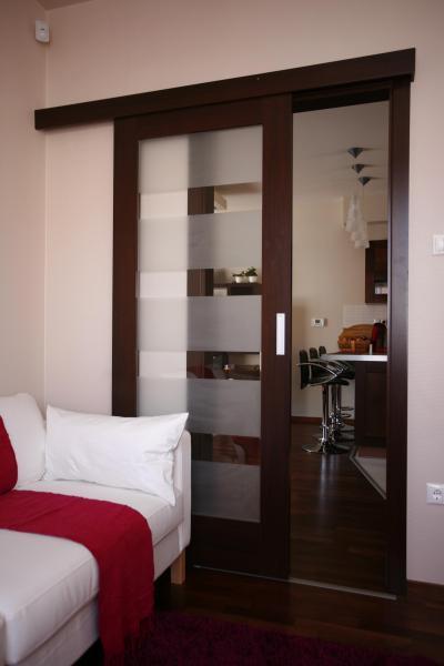 Üvegezett tolóajtó fakeretben - nappali ötlet, modern stílusban
