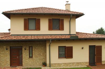 Zsalus ablakok és teraszajtó - homlokzat ötlet, mediterrán stílusban