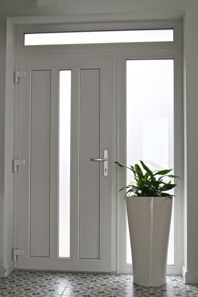 Bejárati ajtó üveg betéttel - belső továbbiak ötlet, modern stílusban