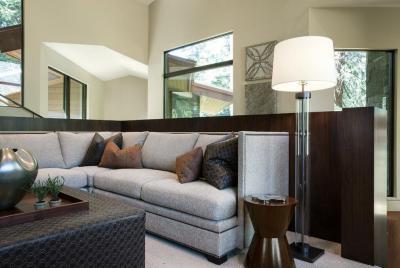 Szürke kanapé állólámpával - nappali ötlet, modern stílusban