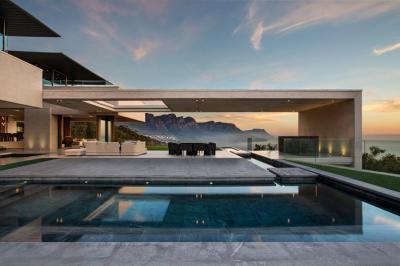 Fedett terasz és medence - erkély / terasz ötlet, modern stílusban